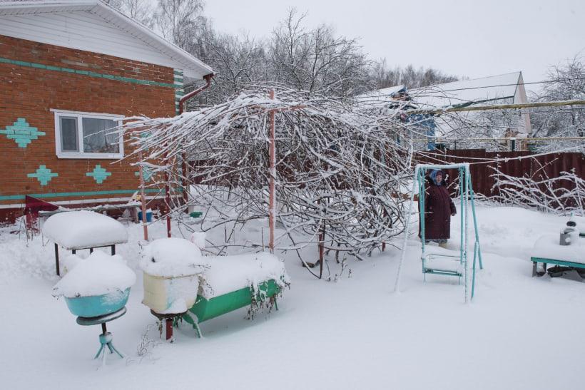 Садовый участок с домом в снегу