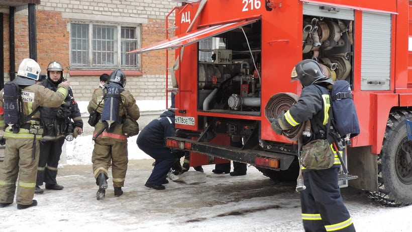 Пожарные за работой в зимний период