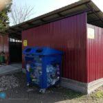 Мусорный контейнер синего цвета